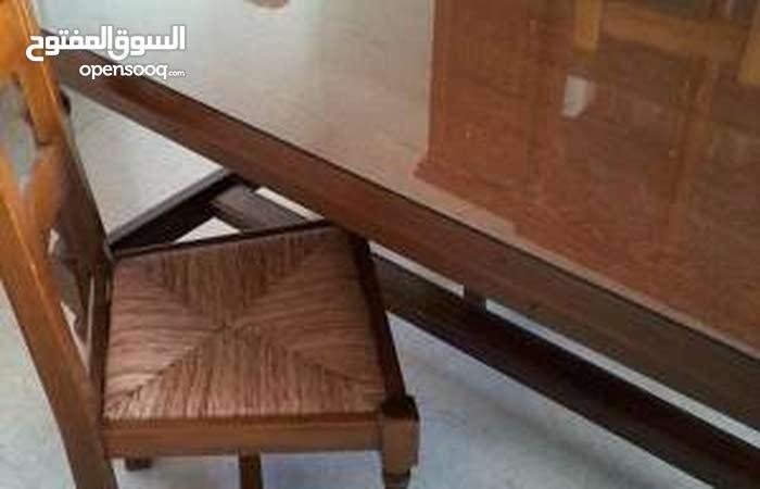 طاولة م 6 كراسي صنع فرنسي مع خزانة للكؤوس والصحون