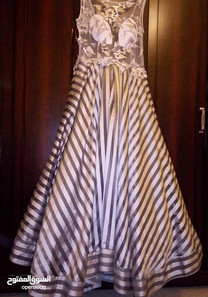 فستان سهرة مقاس 46 نظيف ملبوس مرتين بس نقبل حتي شيك مصدق عادي