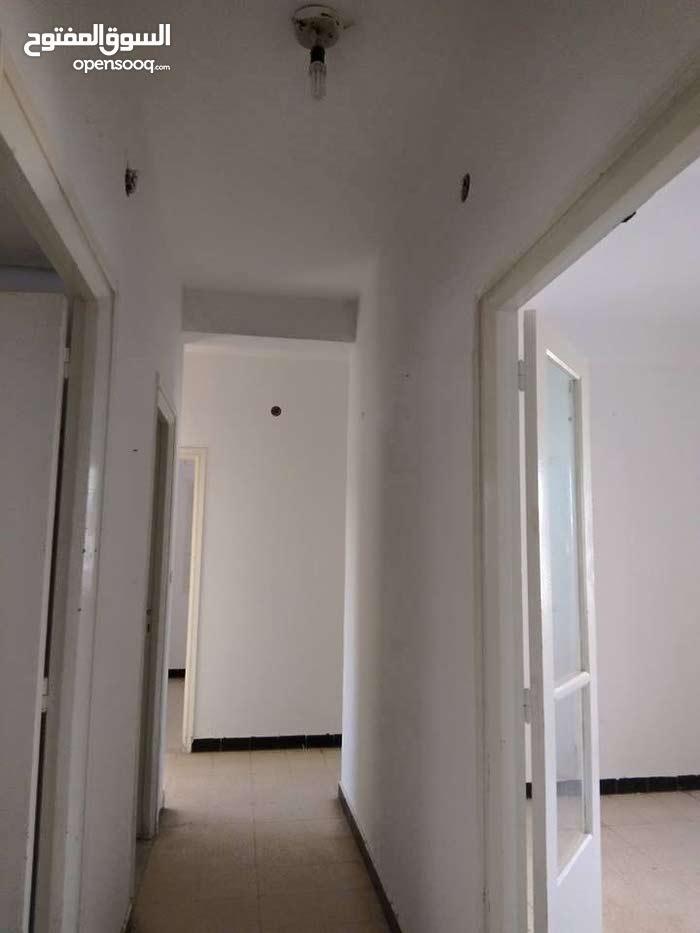 شقة بعمارة للكراء