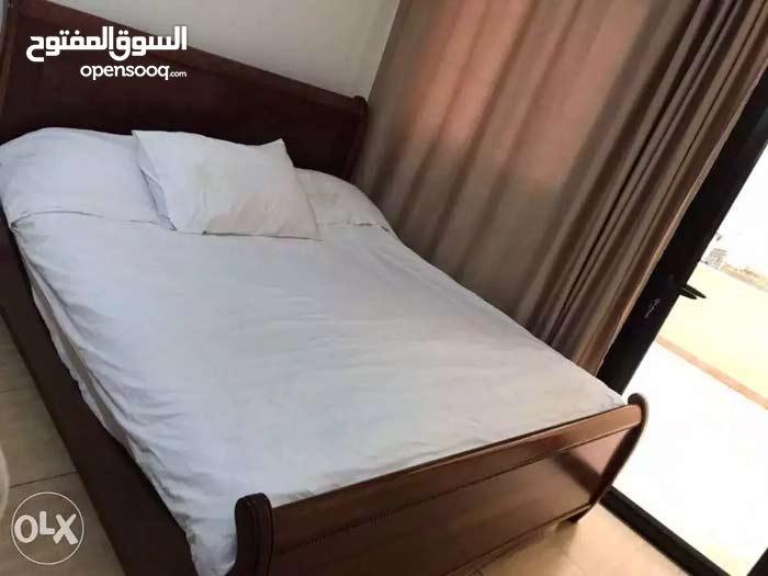 غرفة نوم بحالة ممتازة مع كامل اضافاتها