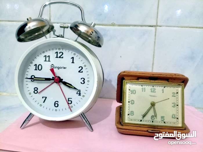 ساعتين مکانيکية ألمانية قديمة تعملان بشکل جيد