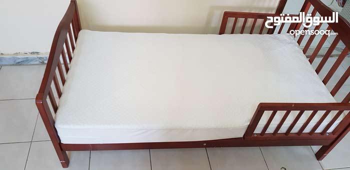 سرير اطفال مع فراش طبي بحالة ممتازة