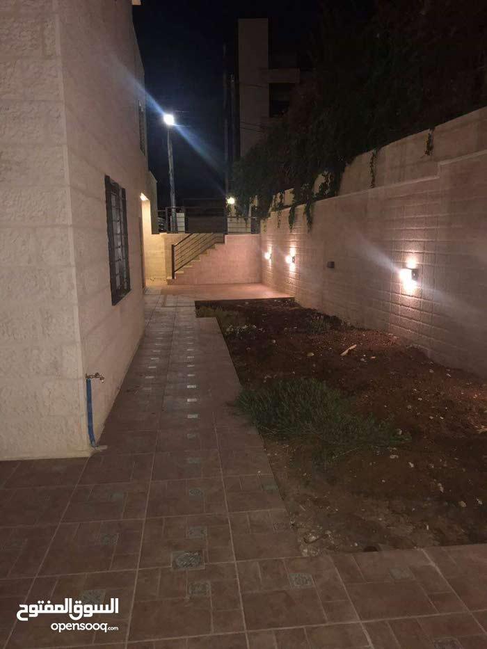 شقة للايجار في عبدون (فارغه) مع حديقة قرب السفارة الأمريكية.