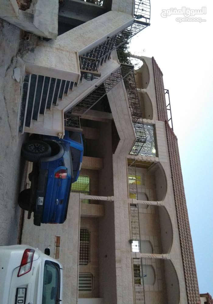 بيت للبيع قرب الجامعه البلقاء طابقين مساحه البناء 580م مساحه الارض دنم و 100