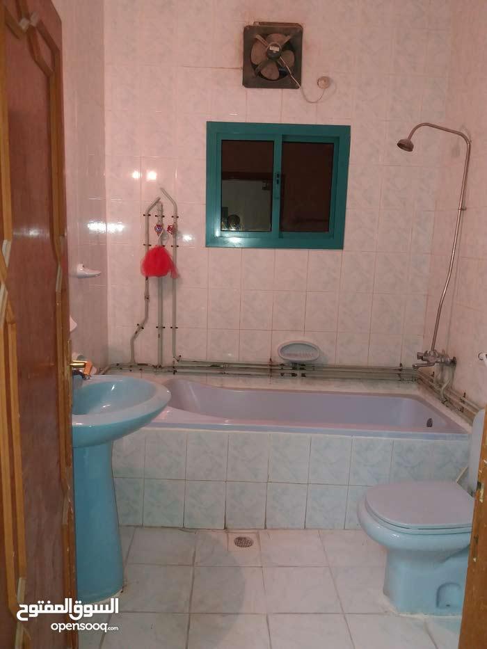 شقه 3 غرف ومجلس وصاله و3 حمامات ومطبخ