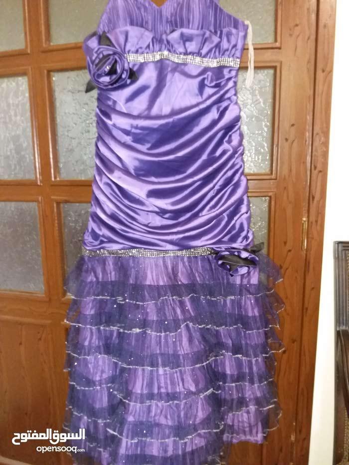 فستان ساتان مستعمل مرة قياس 44 مرتب