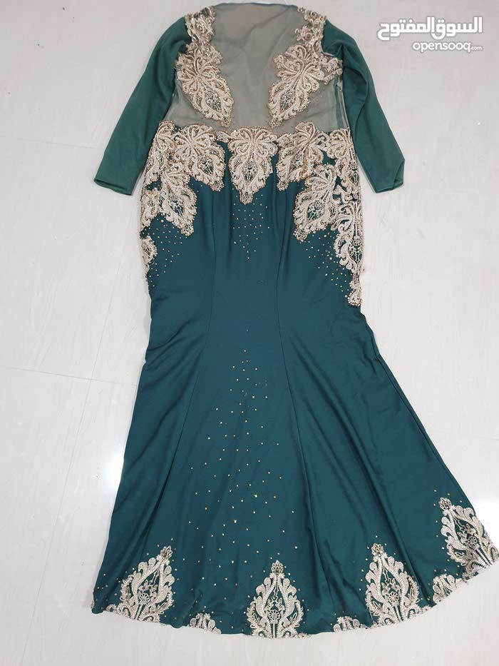 فستان مستعمل مرة واحدة  يأخذ شكل الجسم  مقاس xl - xxl