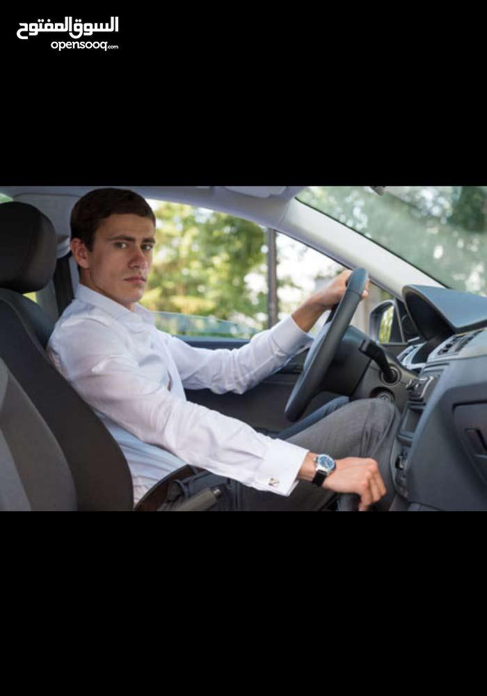 سائق مع سيارة فرويل التوصيل من وإلى مقر العمل.