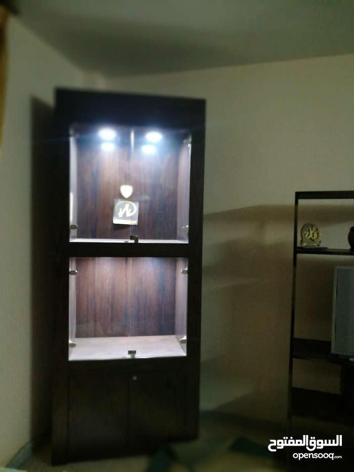 خزانة عرض خشب زان انارة