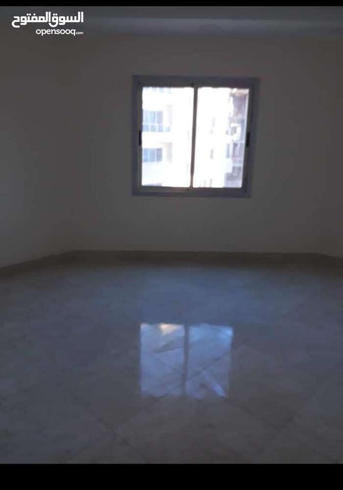للإيجار شقه جديده وكبيره في الحد الجديده تتكون من 4 غرف نوم و 3 حمام ومطبخ وصاله
