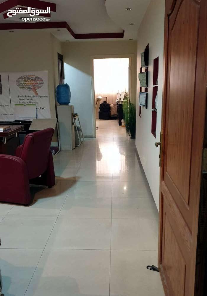 جزء من مكتب مفروش معروض للايجار بالجاردنز وبنايه نظيف وراقيه