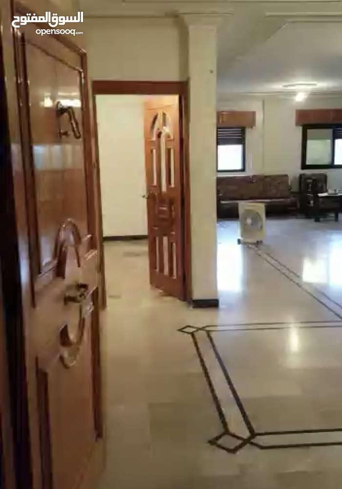 شقة 3غرف وصاله حرف L وسطح فيه غرفة وحمام