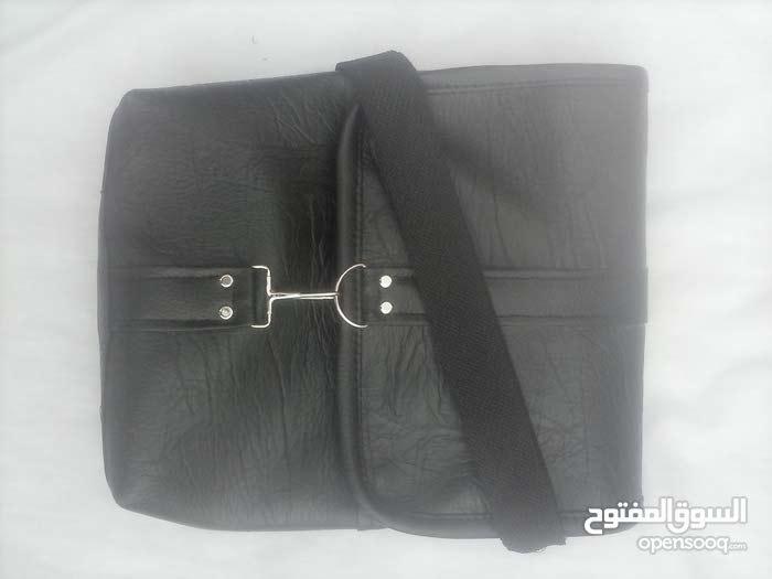 حقائب جلدية. حزام للكتف