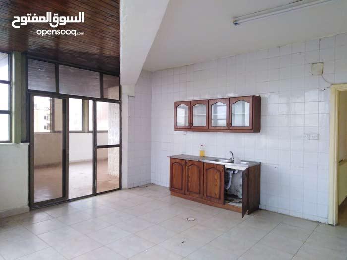 شقة طابقية مطله في نزال الذراع مقابل حديقة الشورى