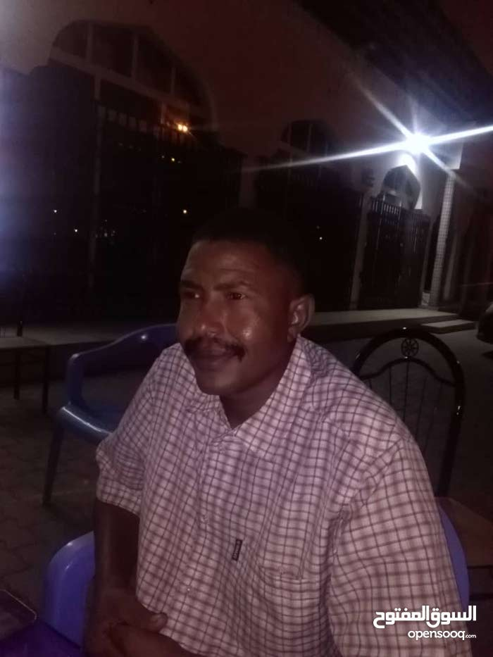 ثلاثة  شباب سودانيين مهنبين و حرفيين و خبراء تجارية