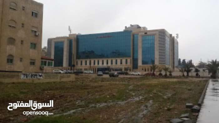 ارض استثمارية بامتياز  بجانب مستشفى الرويال  للبيع ر او  الاستثمار وأرض في ام زويتينة للبيع