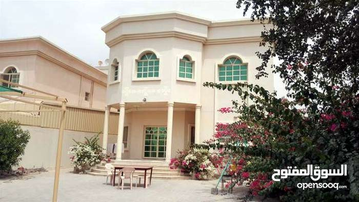 Villa age is , consists of 5 Rooms and More than 4 Bathrooms