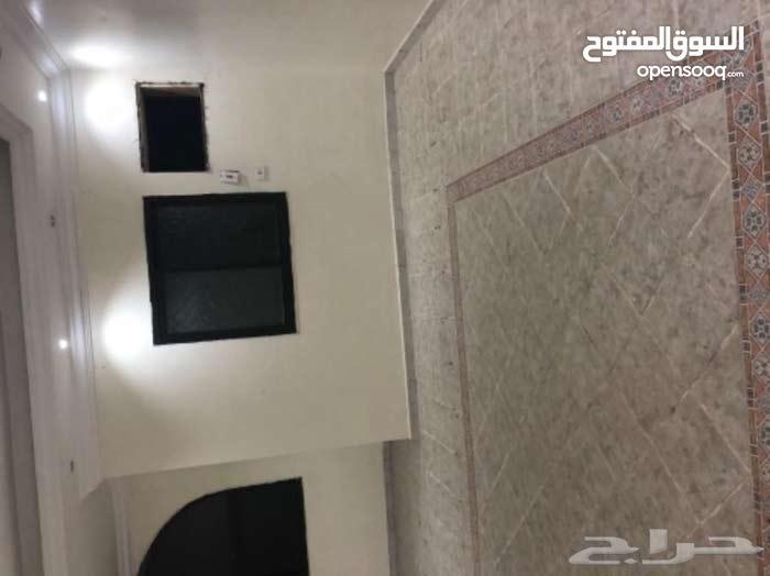 شقة للايجار حي الثغر 4غرف حمامين مطبخ وصالة