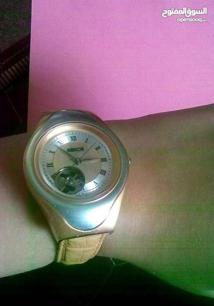 ساعة يدوية تعمل بحركة الجسم