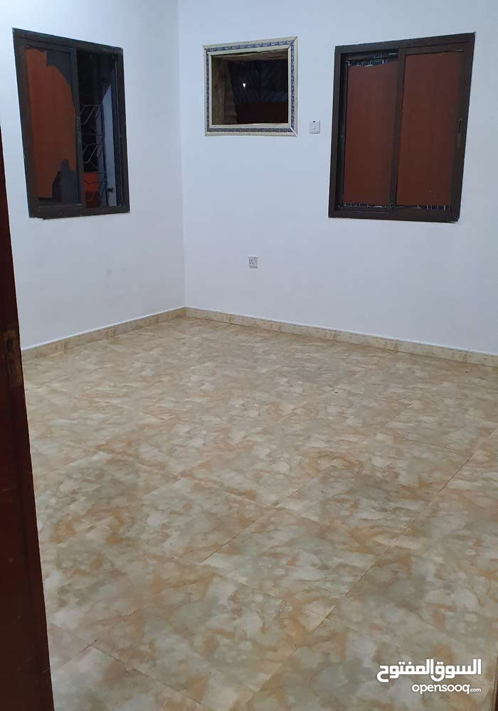 الشقه تتكون من غرفتان ومطبخ وصاله ومخزن ومطبخ كبير