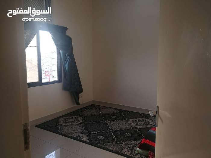 للايجار شقة في مدينة عيسى من 4 غرف الاستقلال