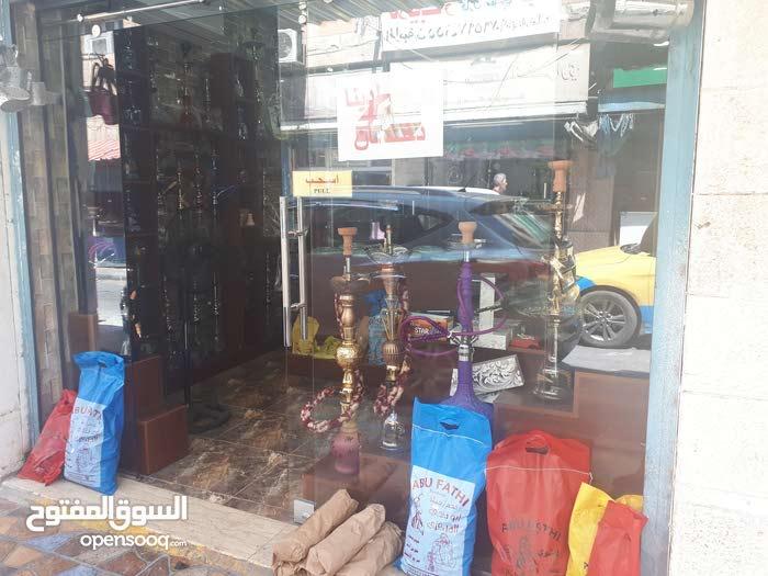 محل في وسط تجاري  للبيع كامل محتوياتو بدون خلو بس حق البضاعه و الديكور