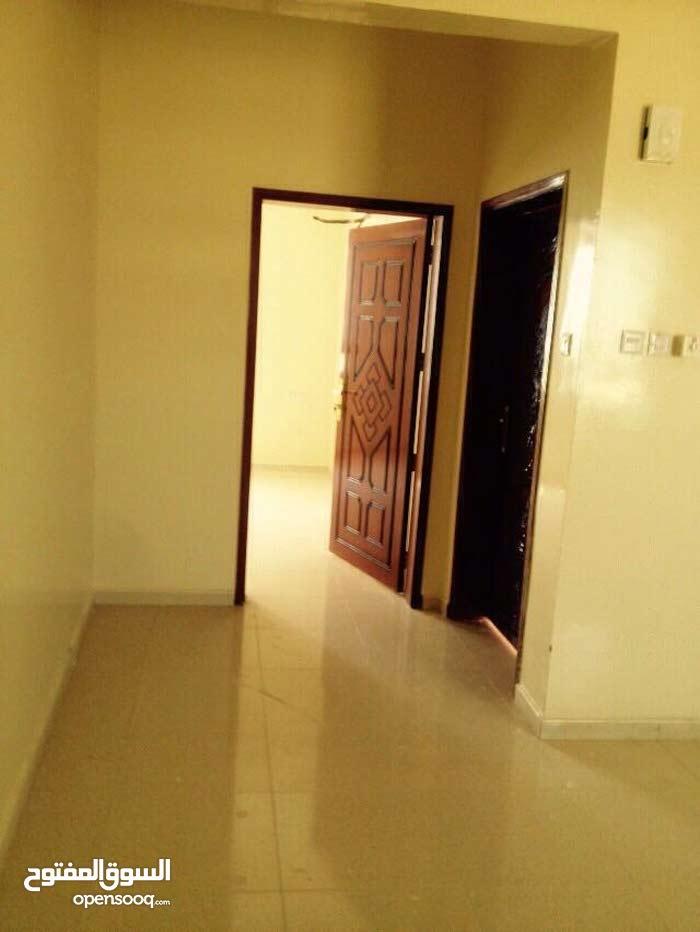 شقة عائلية للايجار بالمعبيلة الجنوبية قريبة من الشارع السريع والخدمات التجارية