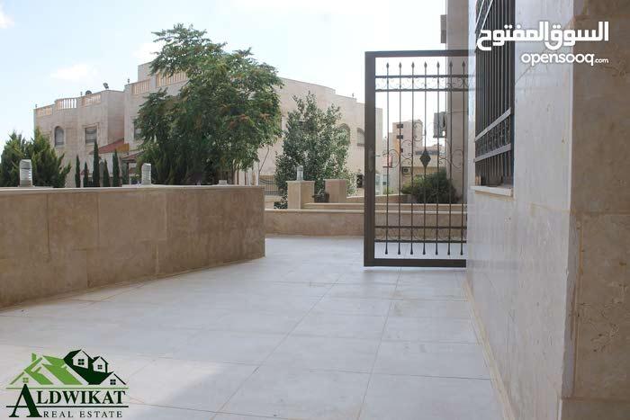 شقة ارضية للبيع في اجمل مناطق خلدا بمساحة البناء 150 م مع حديقة وترسات 140م