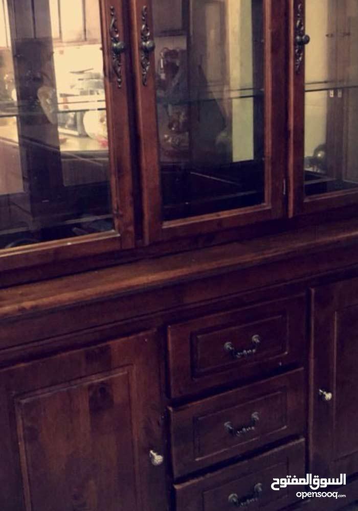 طاولة بوفيه كبيره ونظيفه جدا وخشب قوي جدا