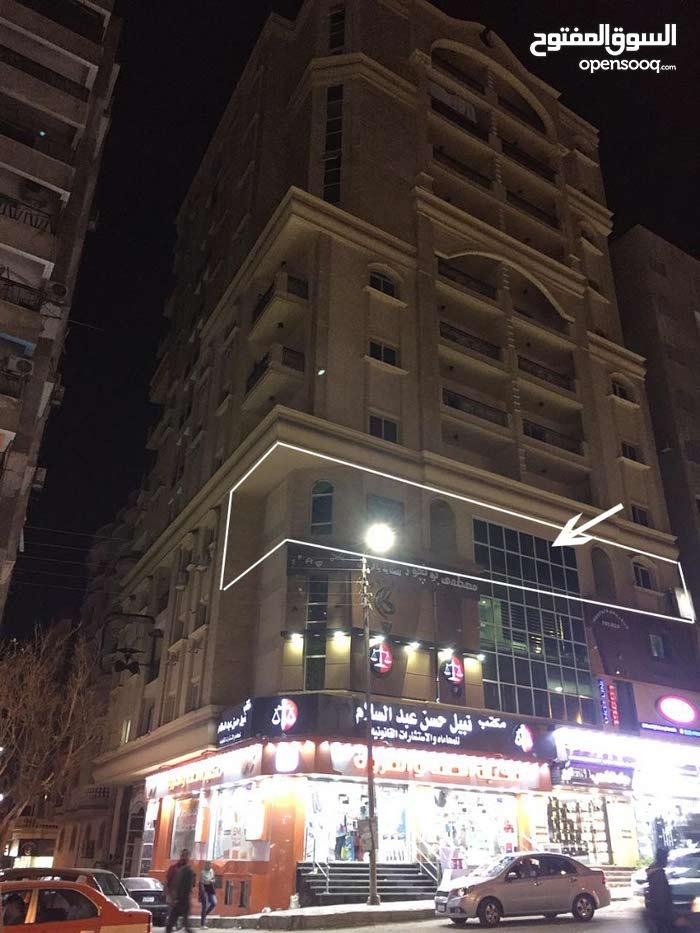 للإيجار :- شقه 128 م مرخصه تجارى بموقع ممتاز بالاسماعيليه شارع شبين الرئيسى برج جديد.