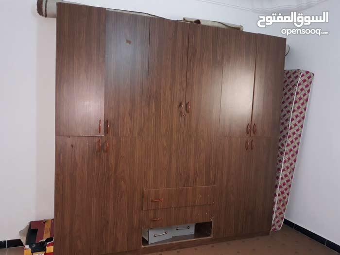 للبيع دولاب وسرير وتلفزيون 21 بوصة وطاولة مكتبية