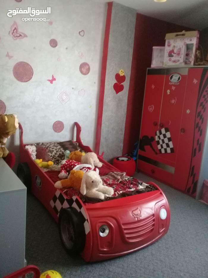 غرفة شبابية لون احمر على شكل سيارة