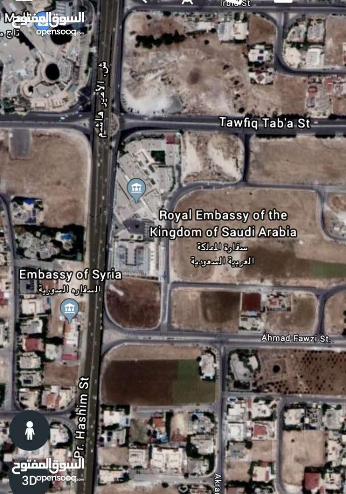 ارض مميزة في عبدون بقرب السفارة السعودية