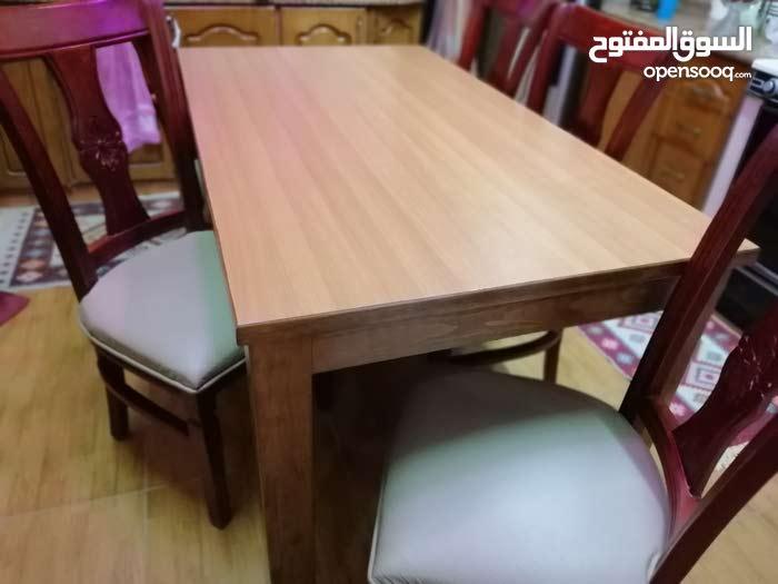 طاولة + 6 كراسي بحالة ممتازة للبيع