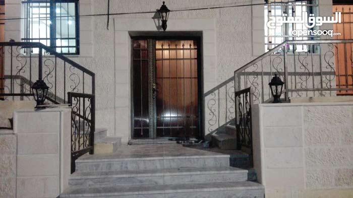 مكاتب او عيادات للايجار في ابو نصير على الشارع الرئيسي
