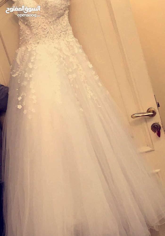 فستان زواج ابيض يلبس s - m بدون ديل مع طرحة فرنسي