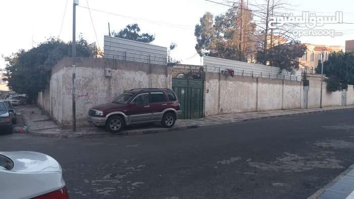 الحي السياسي صنعاء ركنيه على شارعين ازفلت