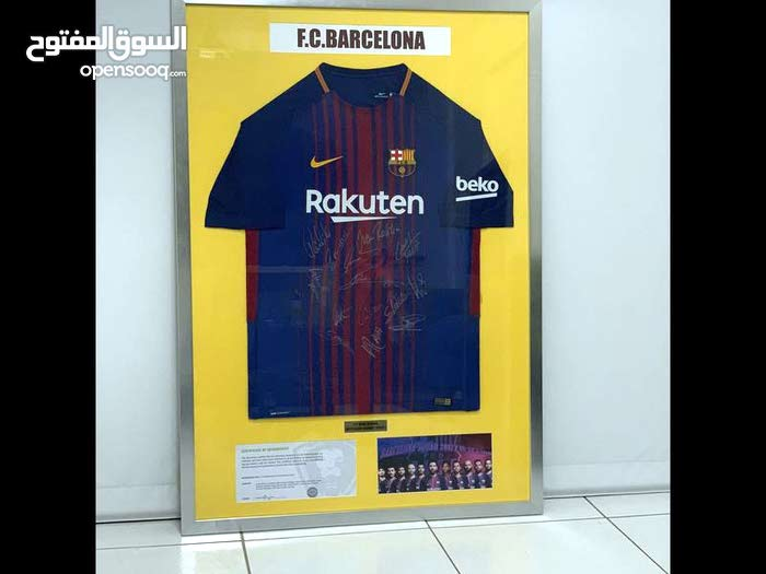 قميص برشلونة موقع من جميع اللاعبين والمدرب