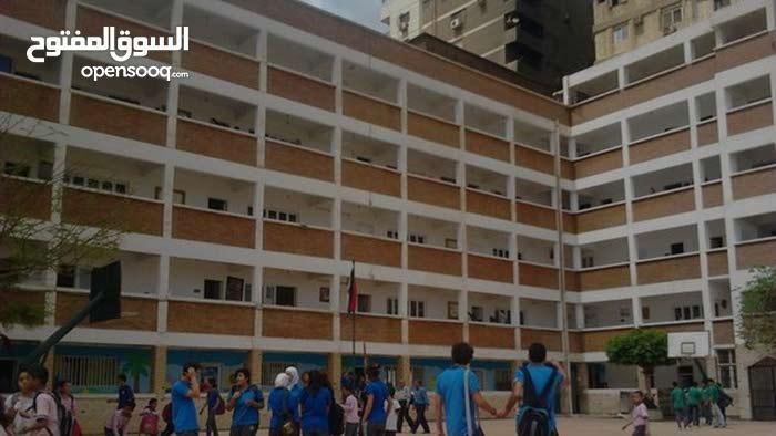 مدرسه في حدائق اكتوبر مبني منها بيزمنت وارضي بالقرب من ارض المخابرات