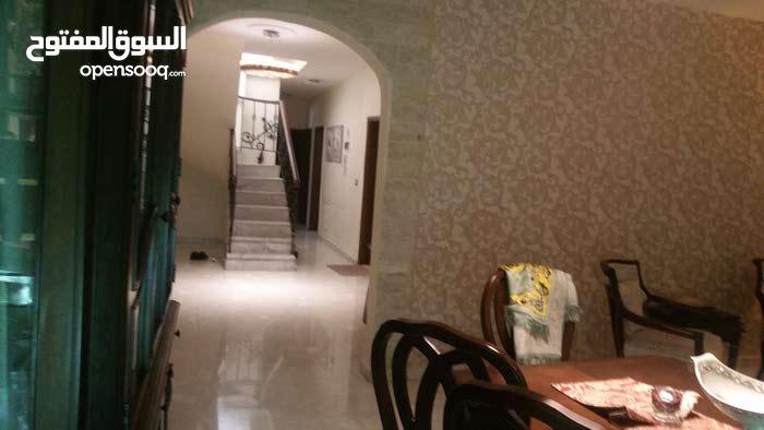 شقة طابق رابع مع رووف دوبلكس فرش وديكور جديد بحالة ممتازة