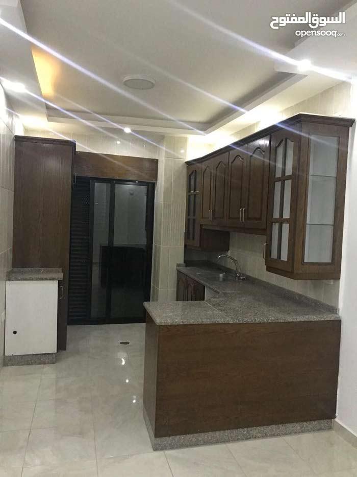 الياسمين /شقة طابق ثالث مع ارضية روف + مطبخ راكب