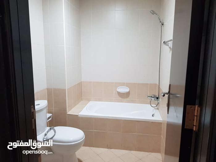 عااااجل للإيجار شقة ثلاث غرف و صالة و ثلاث حمامات بعر 25 الف