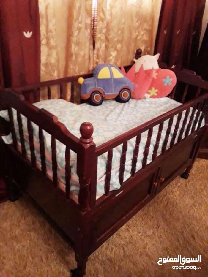 سرير اطفال كل شي واضح في الصوره