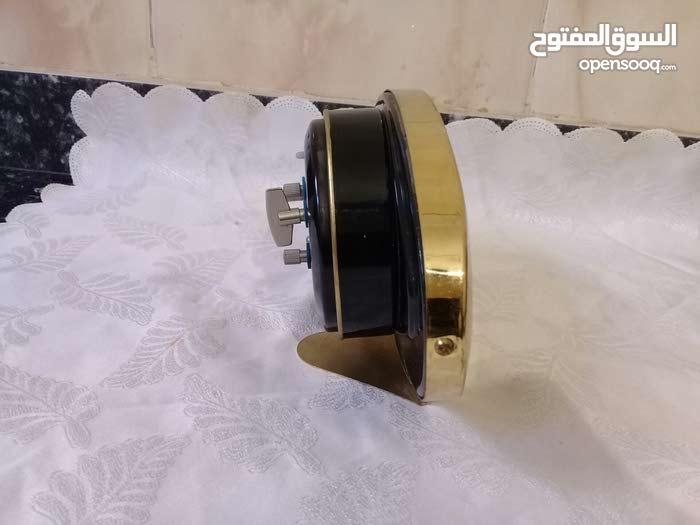 ساعة ميكانيكية قديمة في حالة جيدة تعمل بشكل جيد لم تستعمل