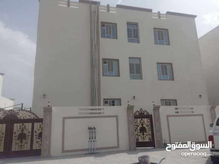غرف للطلاب والموظفين بالمعبيله خلف كلية الخليج