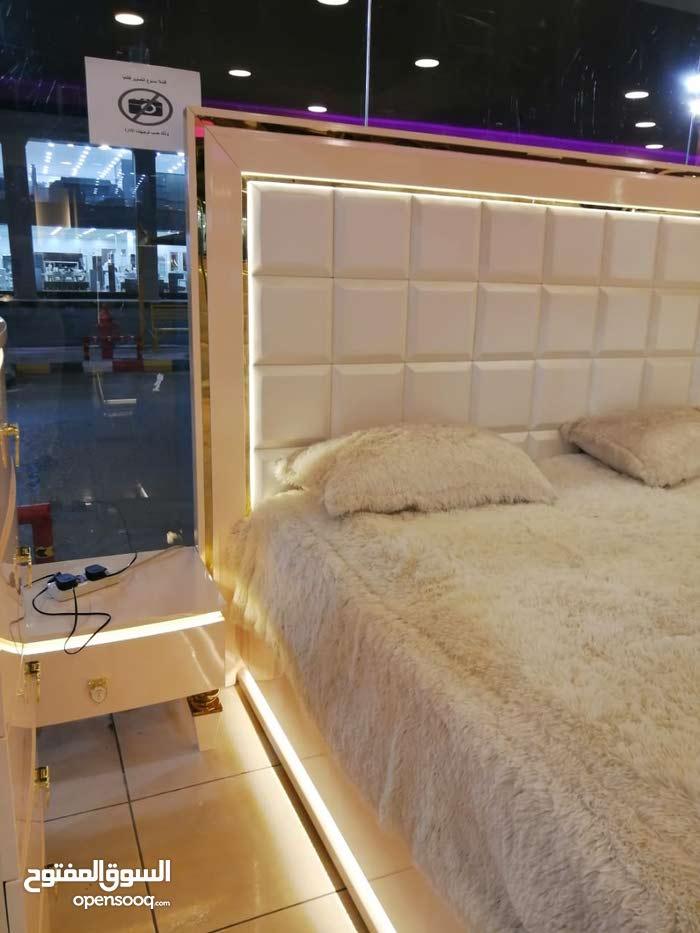 غرفة نوم بتصميم أنيق وراقي واضاءة مميزة