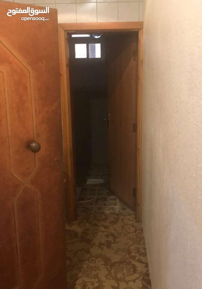 شقة مكونة من خمس غرف وصالة