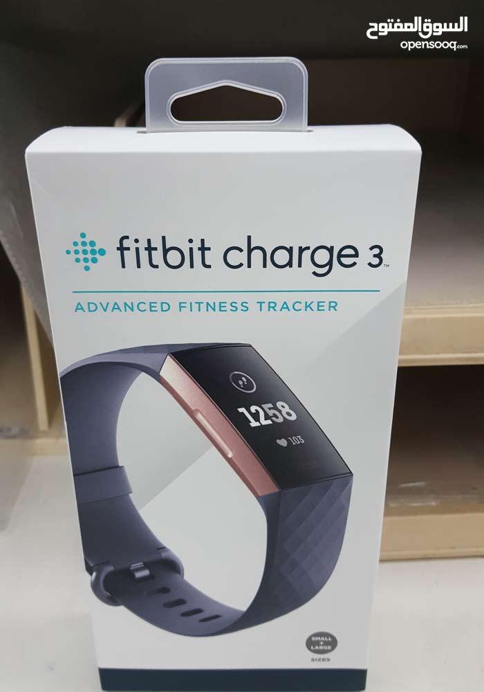 fitbit charge 3 جديد بالكرتونه لم يتم فتحه. بها عديد من المزايا