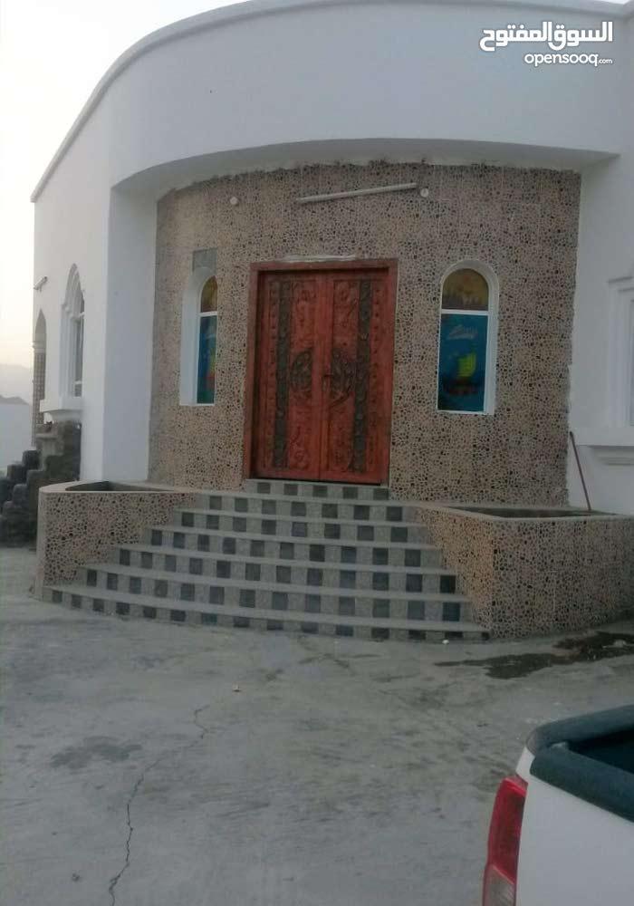 منزل في منطقة لزغ التجاري قريب من الشارع،ارض زاوية،تم بناءه بمواصفات عالية