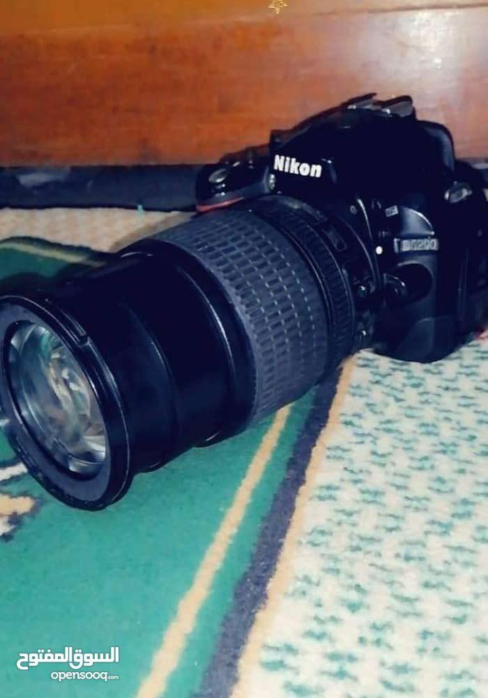 كاميرا نيكون D5200 مع زوم 105mm وشاحنه ورام 8غيغا وبيهه مجال قليل